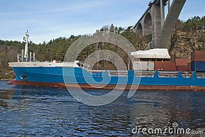 Navire porte-conteneurs sous la passerelle de svinesund, image 3