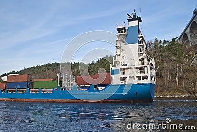 Navire porte-conteneurs sous la passerelle de svinesund, image 6