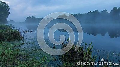 Nebelige Landschaftszeitspanne des Sonnenaufgangs über Wasser von Desna-Fluss in Ukraine stock footage