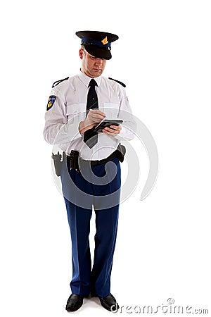 Nederlandse politieman die het parkeren kaartje invult.