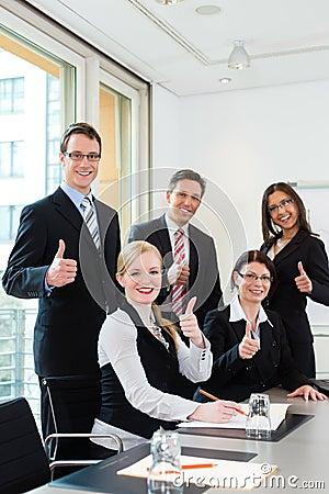 Negócio - os empresários têm a reunião da equipe em um escritório