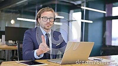 Nej från den frånvarande affärsmannen på arbetet, Gesture från Finger stock video