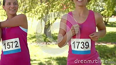 Nelle donne sorridenti di formato di alta qualità che sono in corsa per consapevolezza del cancro al seno video d archivio
