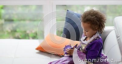 Neonata che gioca con il giocattolo 4k della molla archivi video