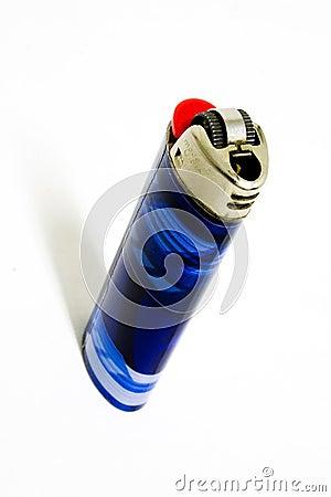 Nervöses blaues Feuerzeug