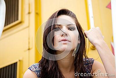 Nervöses Mädchen mit gelbem Backround