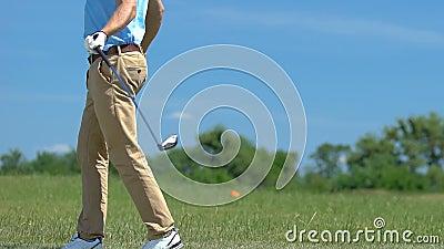 Nervous Mann, der Golf spielt, Hit und vermisst, verärgert über sein Scheitern stock video