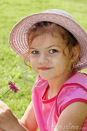 Nette Holdingblume des kleinen Mädchens