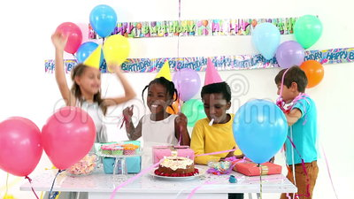 nette kinder die zusammen einen geburtstag feiern stock video video 45455173. Black Bedroom Furniture Sets. Home Design Ideas