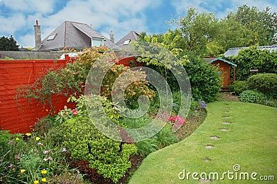 Netter Garten mit Blumen