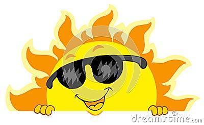 Netter lauernder Sun mit Sonnenbrillen