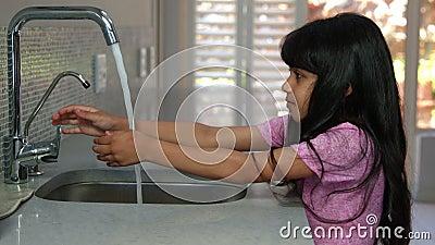 Nettes Mädchen, das ihre Hände wäscht stock video footage