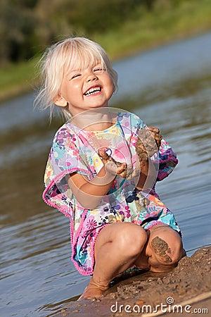 Nettes Spielen des kleinen Mädchens