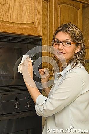 Nettoyant la maison - four à micro-ondes