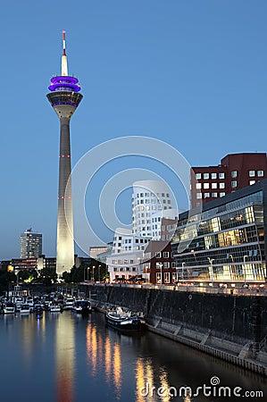 Neuer Zollhof au crépuscule, Dusseldorf Image éditorial