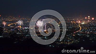 Neues Jahr-Feier-Feuerwerke über Stadtbild von Chiang Mai, Thailand stock footage