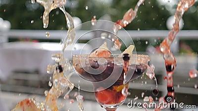 Neues Sommercocktailkonzept Beeren und Eiswürfel spritzen in gluss unten fallen mit schön verzierter Frucht stock footage