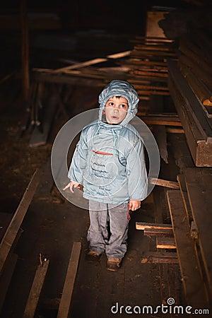 Neugieriger Junge im Dachboden