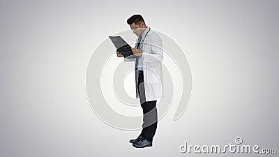 Neurocirurgi?o observando a varredura de MRI, progresso de exame da doen?a no fundo do inclina??o video estoque