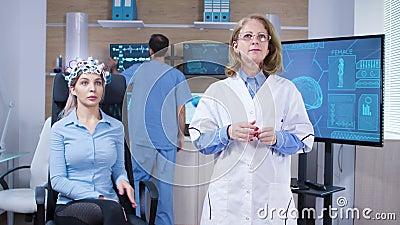 Neuroscientifique féminine focalisée faisant un geste de rotation clips vidéos