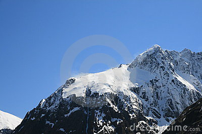A neve cobriu a parte superior da montanha