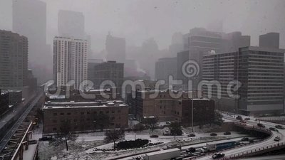 Neve que cai no laço ocidental do ` s de Chicago com ideias do tráfego
