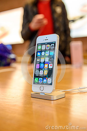 Free New Apple IPhone SE Smartphone Launch Stock Photography - 69380182