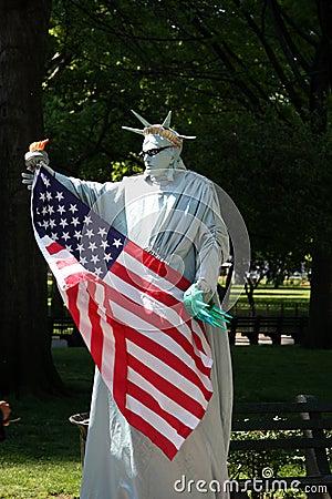 New York City: Estatua del Mime de la libertad Imagen editorial