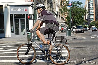 New- York Citypolizei fährt Gruppe rad Redaktionelles Bild