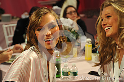 NEW YORK, NY - NOVEMBER 13: Models Karlie Kloss ( L) Toni Garrn (R) making faces for phone snapshots backstage Editorial Photo
