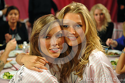 NEW YORK, NY - NOVEMBER 13: Models Karlie Kloss ( L) Toni Garrn (R) making faces for phone snapshots backstage Editorial Photography