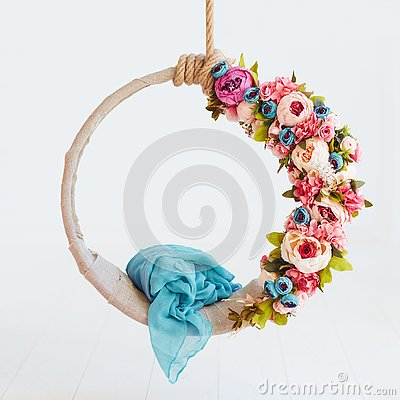 Free Newborn Baby Photography Swing, DIY Floral Hanging Hoop Royalty Free Stock Photography - 129469727