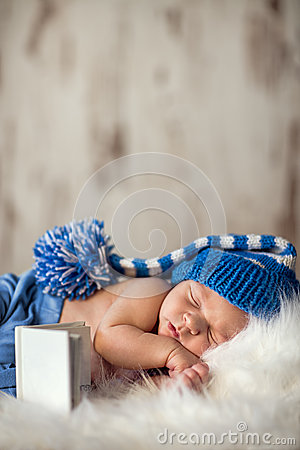 Free Newborn Baby Sleeps On A White Blanket Stock Photo - 71849130