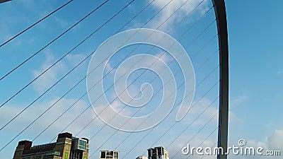 Newcastle op de Tyne, Engeland, het Verenigd Koninkrijk De Gateshead-Millenniumbrug stock videobeelden
