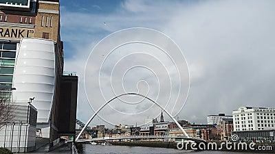 Newcastle op de Tyne, Engeland, het Verenigd Koninkrijk De Gateshead-Millenniumbrug stock footage