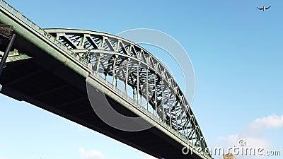 Newcastle sur Tyne, Angleterre, Royaume-Uni Le pont de Tyne au-dessus de la rivi?re Tyne reliant Newcastle sur Tyne et Gateshead banque de vidéos