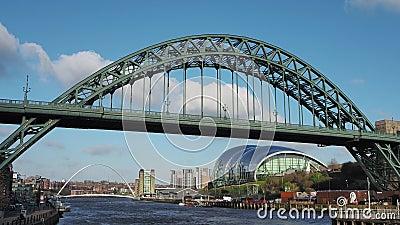 Newcastle sur Tyne, Angleterre, Royaume-Uni Le pont de Tyne au-dessus de la rivi?re Tyne reliant Newcastle sur Tyne et Gateshead clips vidéos