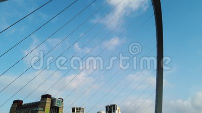 Newcastle sur Tyne, Angleterre, Royaume-Uni Le pont de mill?naire de Gateshead banque de vidéos