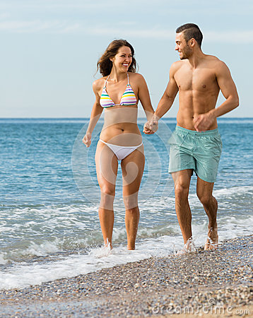 Free Newly Married Couple At The Beach Royalty Free Stock Photo - 81928605