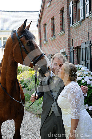 Free Newlywed Couple  And Horse Royalty Free Stock Photo - 58053935