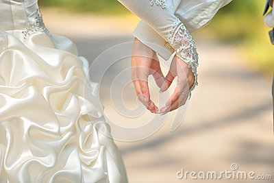 Newlyweds make heart hands