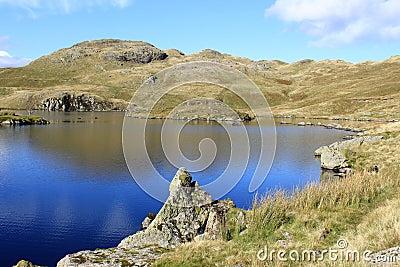 Ângulo Tarn e piques de Angletarn, distrito do lago.