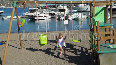 Niña cediendo cerca de yates y bahía en Italia almacen de video