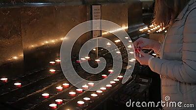 Niña con velas en la iglesia almacen de metraje de vídeo