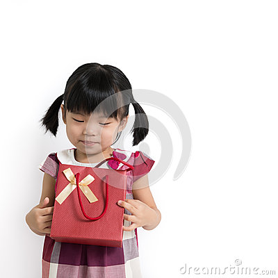 Niña pequeña con el bolso del regalo