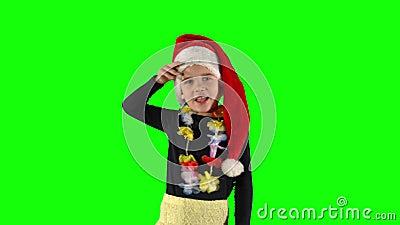 Niña pequeña de 5 años con sombrero Santa que mira lejos de distancia almacen de metraje de vídeo