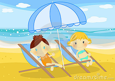 Niñas asentadas en deckchairs en la playa