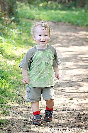 Niño activo del ajuste feliz al aire libre
