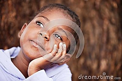 Niño africano soñador