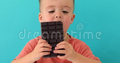 Niño feliz con barra de chocolate metrajes